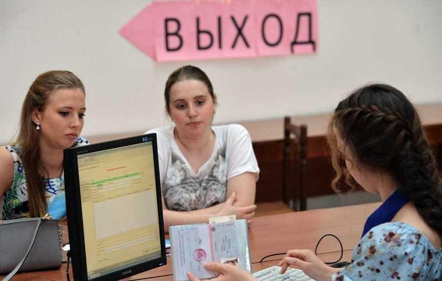 Рособрнадзор наложил запрет на прием абитуриентов в два вуза
