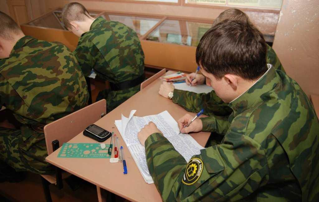 В России хотят отменить военную кафедру