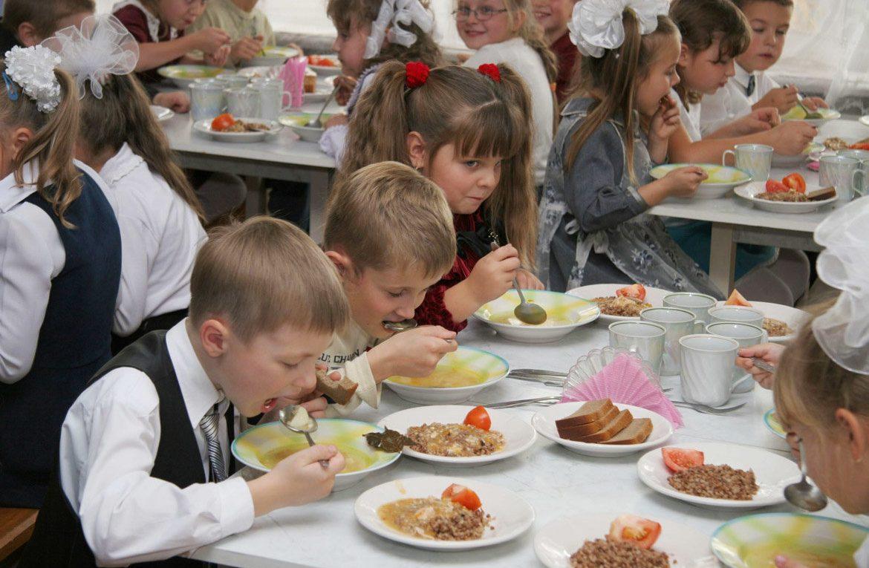 Обеспечение школьников горячим питанием обсудили в Минпросвещения