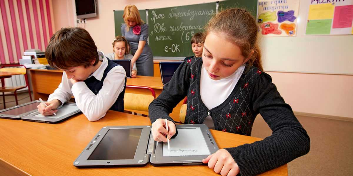 По мнению Кравцова гаджеты не смогут заменить учителей полностью