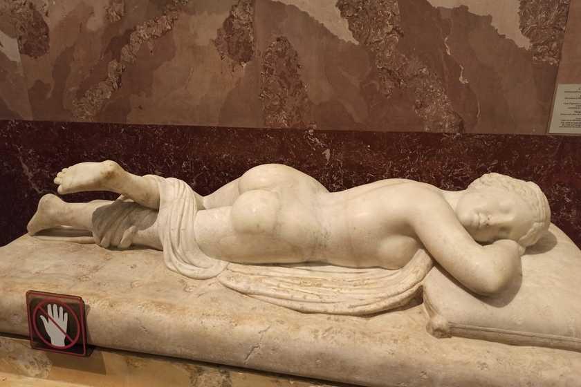 Обнаженные скульптуры в Эрмитаже негативно влияют на несовершеннолетних